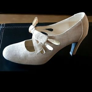 Ann Marino bow tie heels. Cream